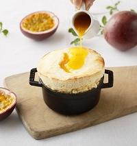 リコッタチーズのスフレ パッションフルーツのソース