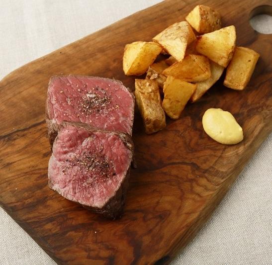 ランプ肉のステーキ ポムフリット添え