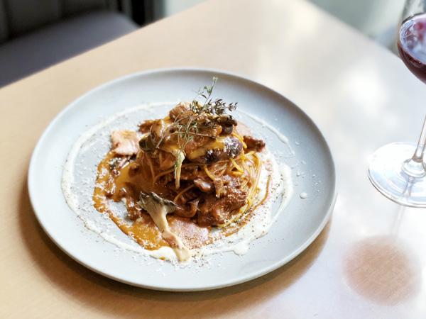 ジロール茸、セップ茸と牛肉のポルトラグーデミグラスソース スパゲッティー二 ura ebis -ウラエビス-